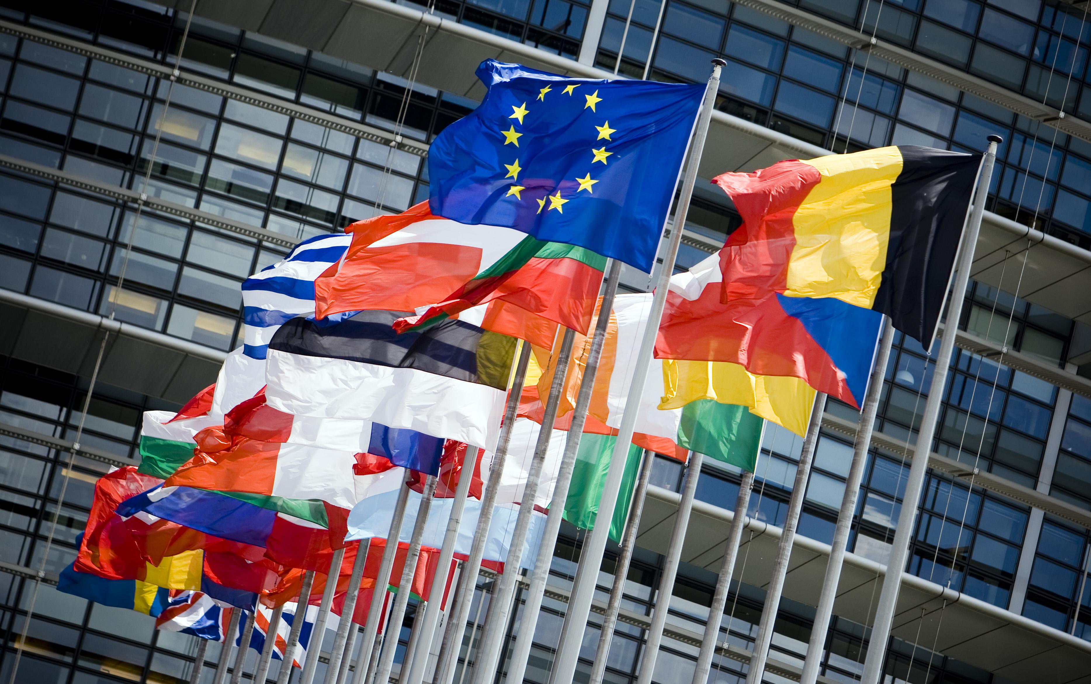 STRAATSBURG - Vlaggen voor het gebouw van het Europese Parlement. ANP XTRA LEX VAN LIESHOUT